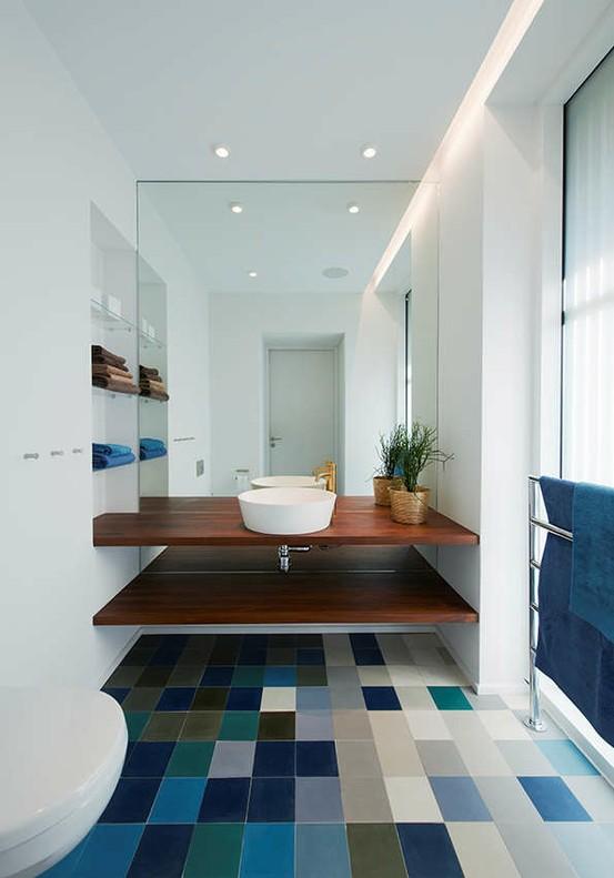 ... gais et colorés dynamisent une petite salle de bain un peu froide