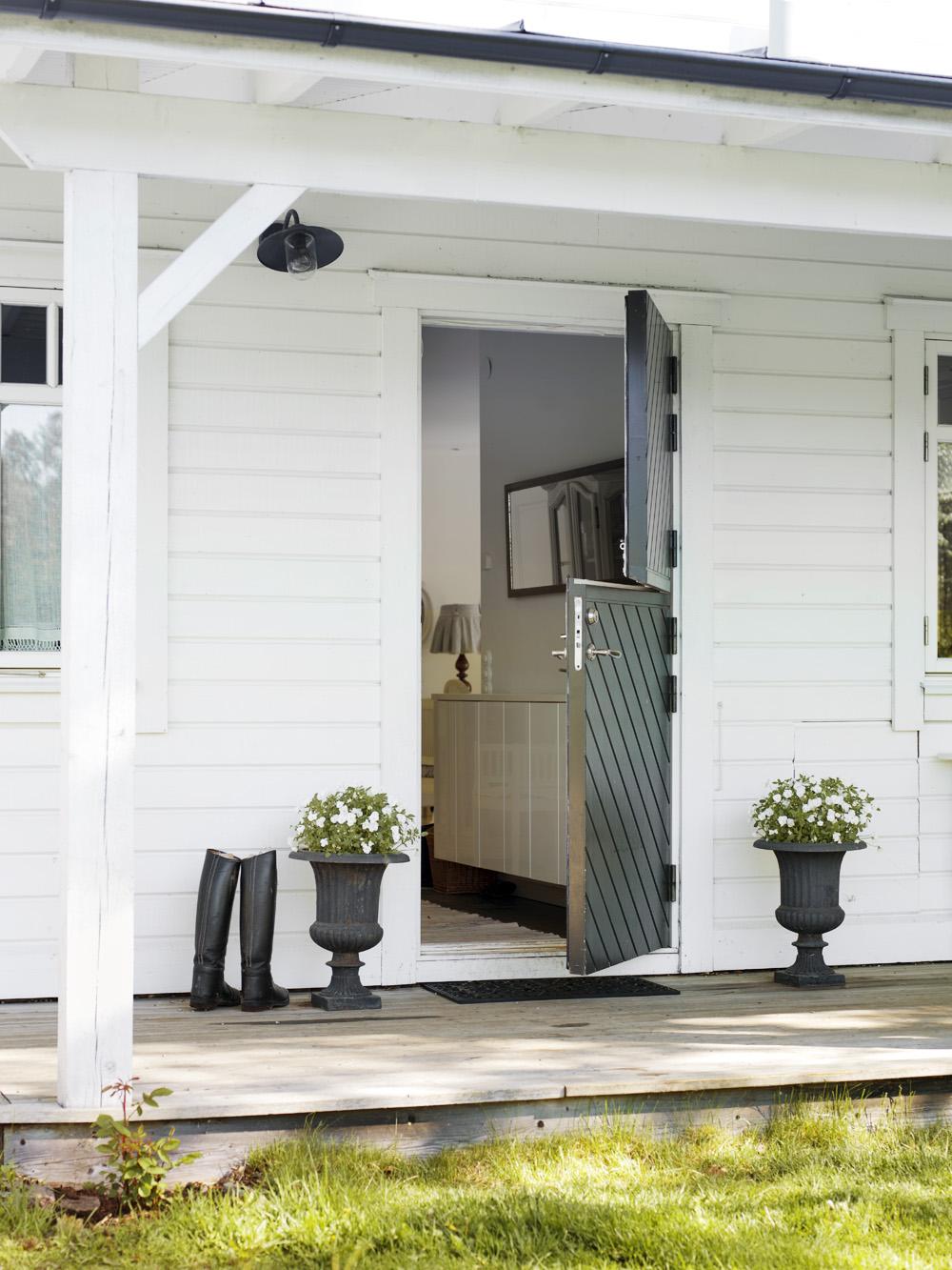 Un banc rustique et une balançoire sous le porche pour les douces